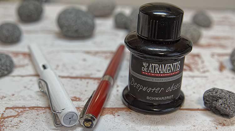 Tinte des Monats: De Atramentis Black Edition schwarzrot